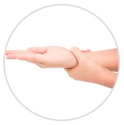 手の甲、手首までしっかりのばします